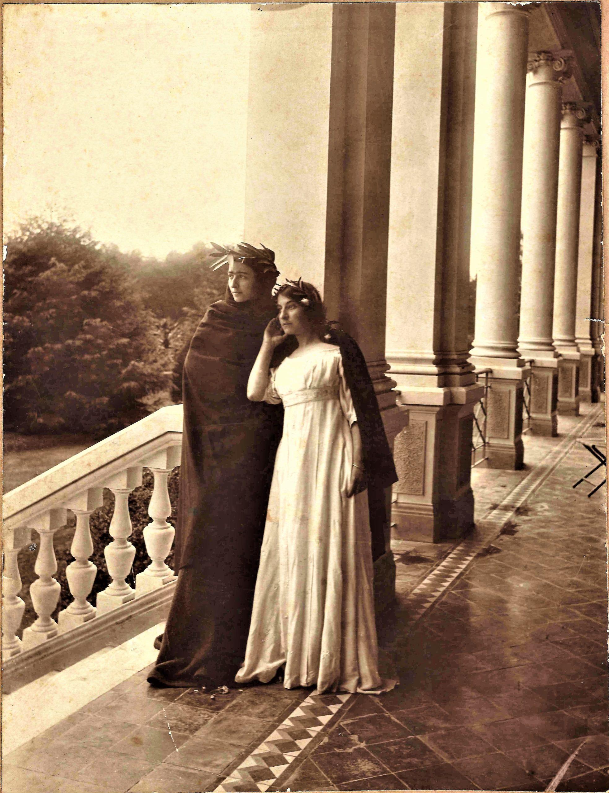 En la estancia La Elisa, fiestas de disfraces. En negro Agustina Roca de Castells y en blanco Eloisa Juárez Celman.