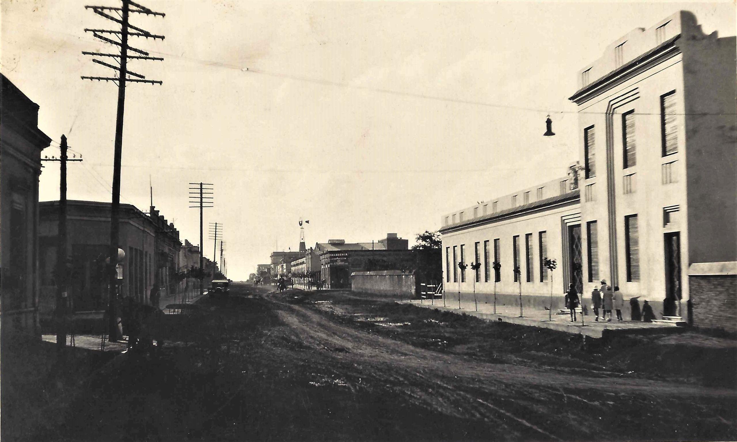 Vista de la Escuela Nro. 4 (hoy 1) y la Av. Presidente Perón ( Av. de Mayo en ese momento)
