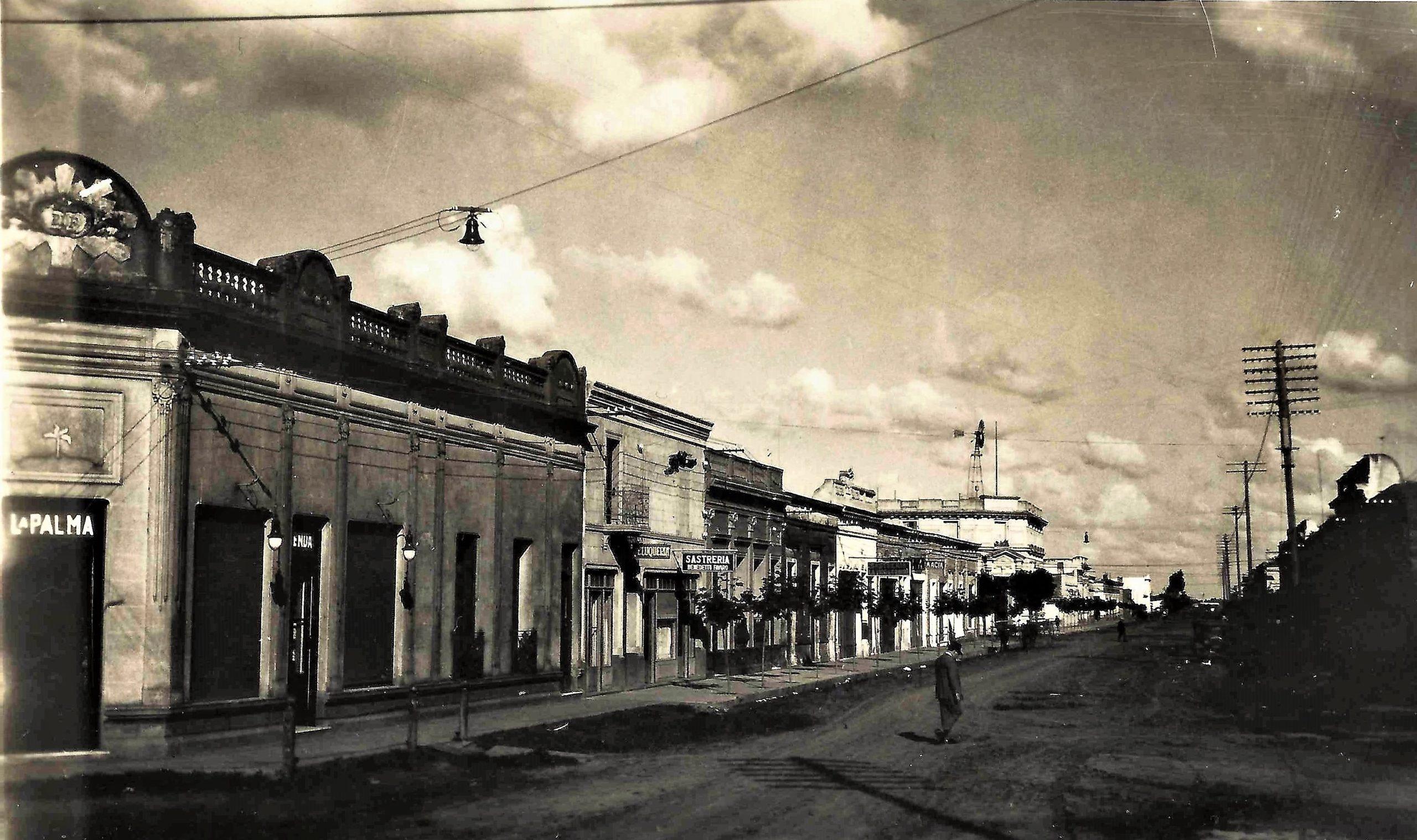 Vista del actual Supermercado Centro y la avenida Presidente Perón (Av. de Mayo en ese momento).